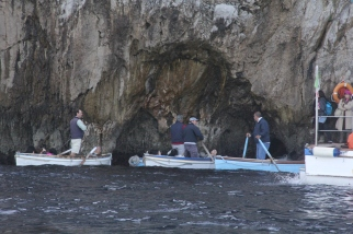 Thats the tiny entrance to Grotto Azzurra.